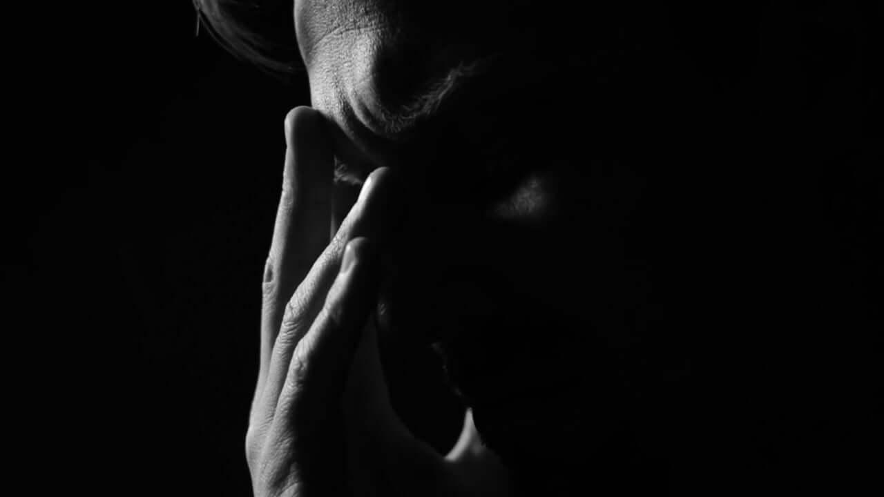 Strokovnjaki s področja duševnega zdravja v času epidemije koronavirusa na voljo za brezplačne razbremenilne pogovore