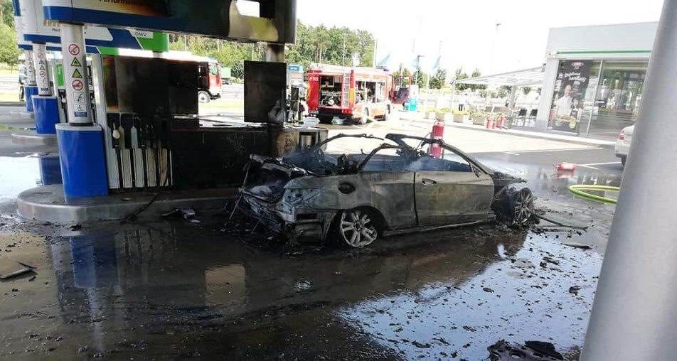 Med točenjem goriva zagorelo vozilo
