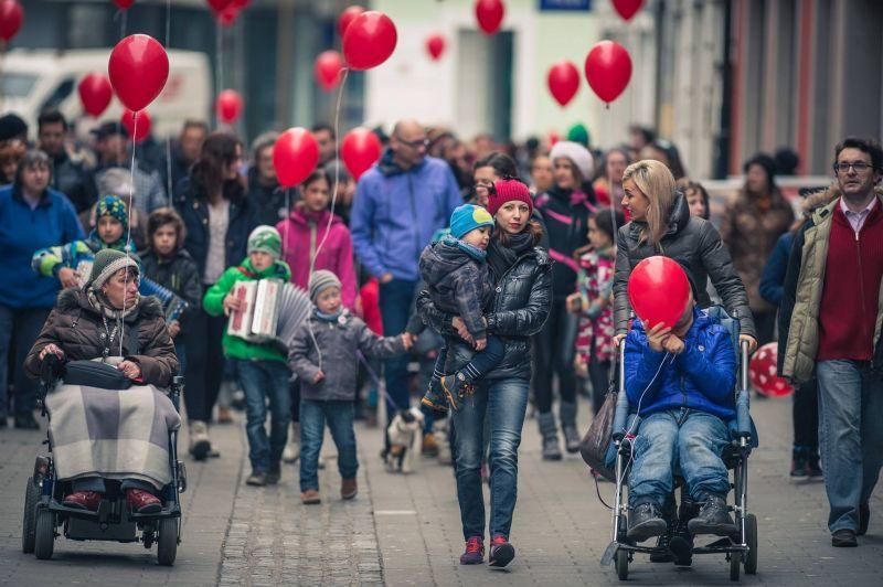 Rdeči baloni preplavili Slovenijo, Zagreb in Beograd