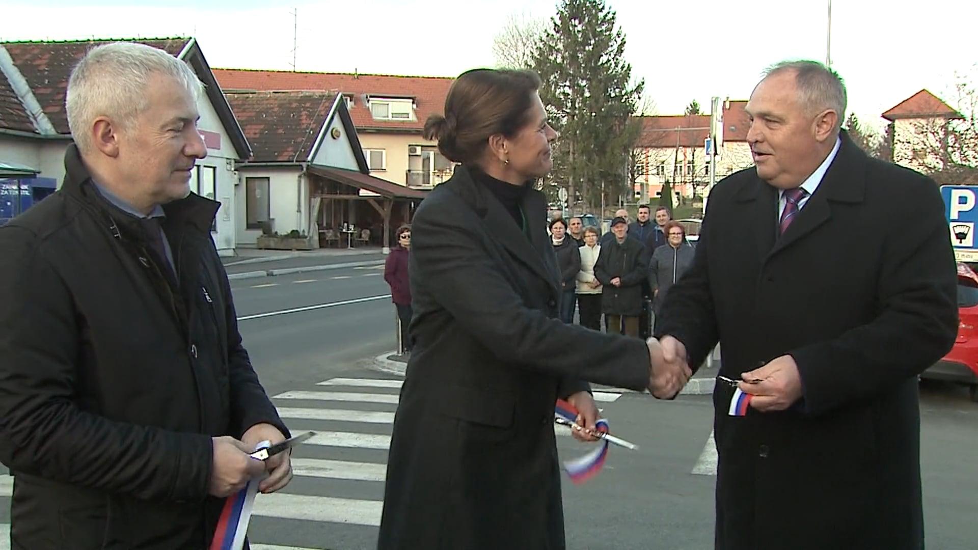 Uradno odprtje ceste spremljala predsednik in ministrica