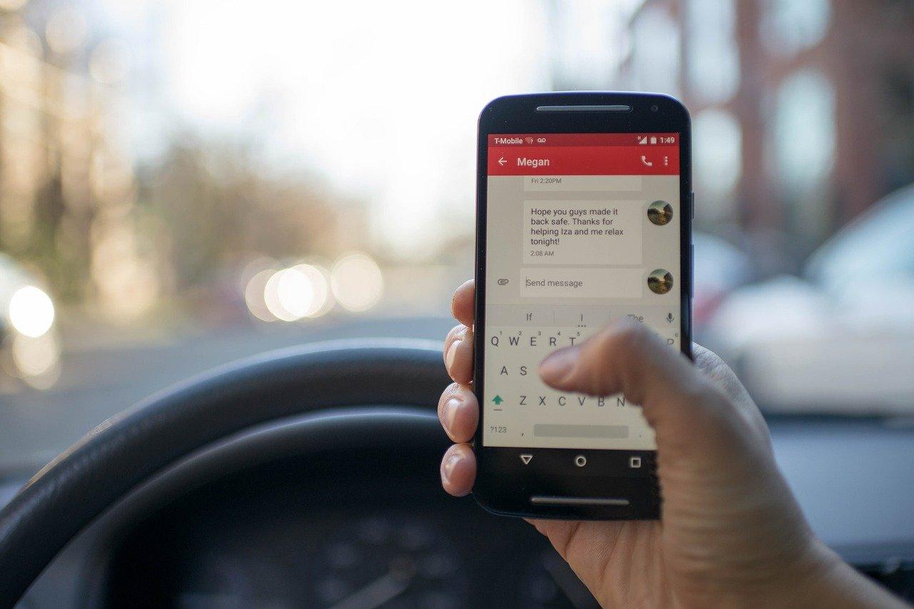 Več kot 500 kazni za uporabo mobilnih telefonov med vožnjo