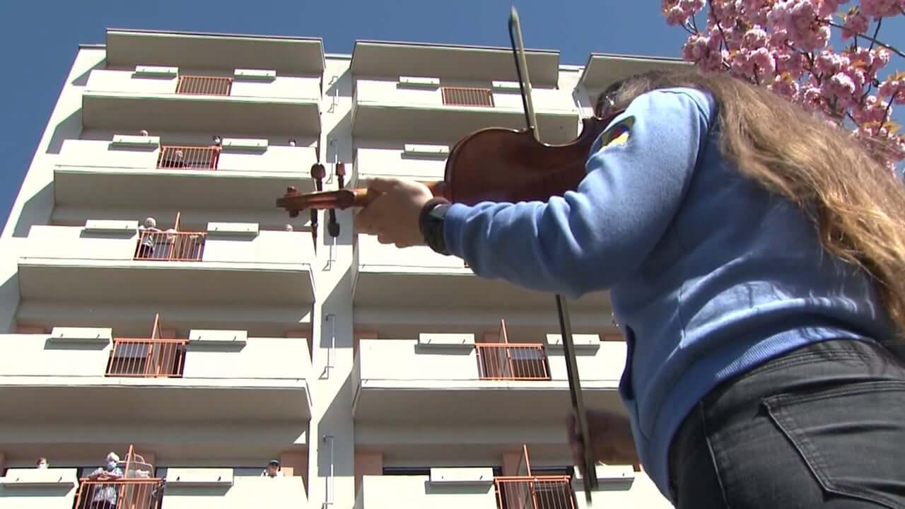 Glasbena popestritev pred domom za starejše